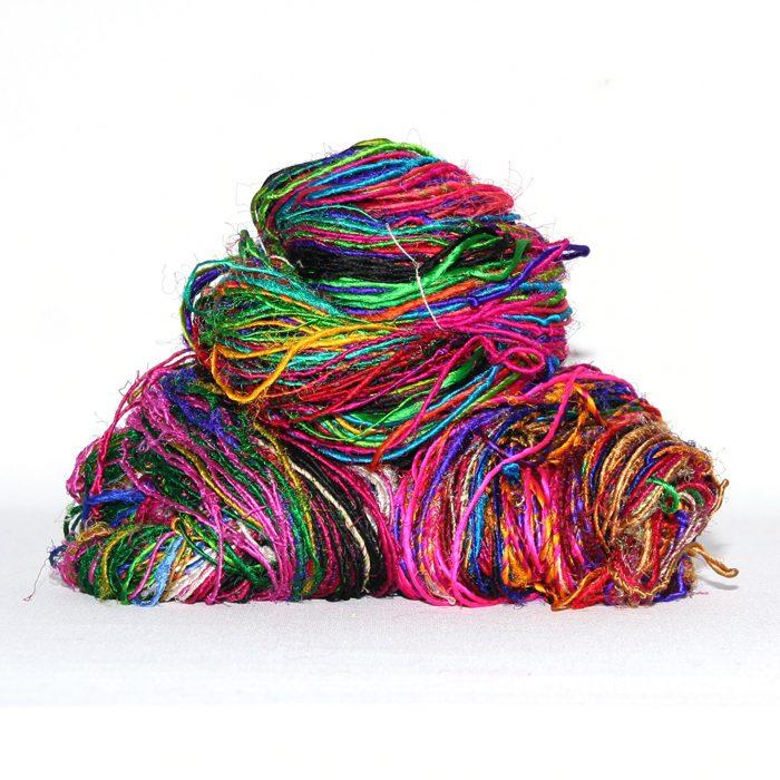 Sari re-silkegarn også kalt Himalayan Sari Silkyarn er et multifarget resirkulert sari silkegarn som er spunnet av kapp fra sariproduksjon. Fantastiske farger som det virkelig smeller i.