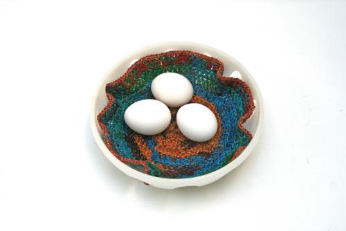 Sari re-silkegarn er silkegarn spunnet av rester av silkestoffer. Når skredderne klipper ut og skal sy saronger så benytter skredderne seg av restene og spinner dette til garn. Garnet kan anvendes på mange forskjellige måter. Her er det heklet en brikke som han stå under en vase eller legge i en brødkurv. Utrolig mange anvendelsmåter.