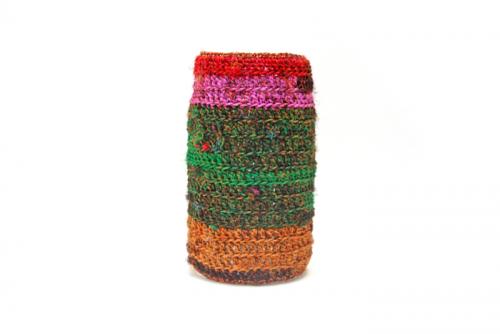 Sari re-silkegarn er silkegarn spunnet av rester av silkestoffer. Når skredderne klipper ut og skal sy saronger så benytter skredderne seg av restene og spinner dette til garn. Garnet kan anvendes på mange forskjellige måter. Her vises norgesglasset ferdig heklet rundt