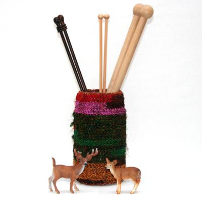 Sari re-silkegarn er silkegarn spunnet av rester av silkestoffer. Når skredderne klipper ut og skal sy saronger så benytter skredderne seg av restene og spinner dette til garn. Garnet kan anvendes på mange forskjellige måter. Her har man heklet rundt et norgesglass hvor det er plass til lange strikkepinner.