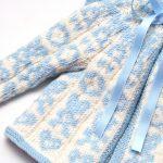 Hentesettet velkommen til verden er en strikkepakke til baby. Her ser vi nærbilde av symbolene i jakken.