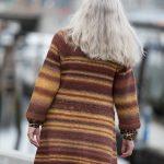 lang-genserjakke-drops-big-delight-rygg strikket damejakke garnpakke