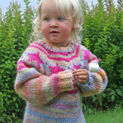 Gratis strikkeoppskrift på strikket barnegnser med stjerner.