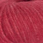 Bildet viser strikkegarnet Pus fra du store alpakka her i fargen 4018 rød .