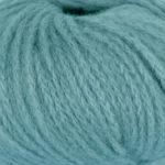 Bildet viser strikkegarnet Pus fra du store alpakka her i fargen 4022 sjøgrønn.