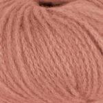 Bildet viser strikkegarnet Pus fra du store alpakka her i fargen 4028 dus aprikos.