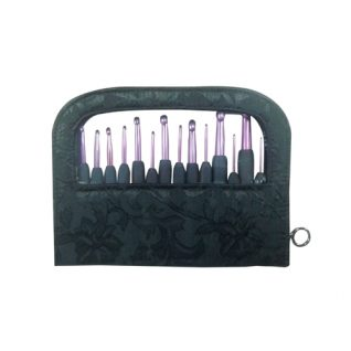 Hverdags heklenåler i 3 forskjellige størrelser. Heklenålene er i lilla aluminium med sort gummihåndtak. Finnes i 15 størrelser i tillegg til at de selges som sett. Her viser bildet hverdags sett alle størrelser.