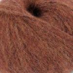 Bildet viser strikkegarnet Pus fra du store alpakka her i fargen 4035 rust.