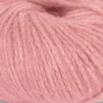 Bildet viser strikkegarnet Pus fra du store alpakka her i fargen 4036 pink flamingo.