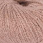 Bildet viser strikkegarnet Pus fra du store alpakka her i fargen 4039 beige rose.