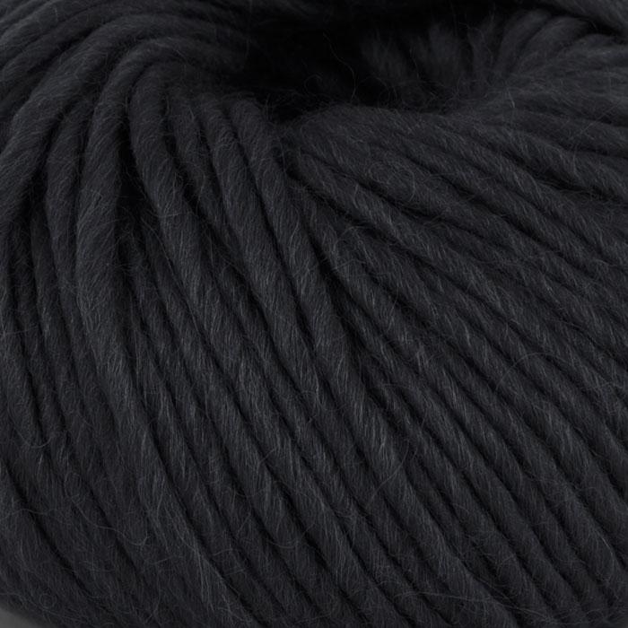 Bildet viser strikkegarnet Olava fra Camilla Pihl her i fargen 901 svart .