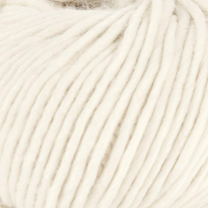 Bildet viser strikkegarnet Olava fra Camilla Pihl her i fargen 902 hvit .
