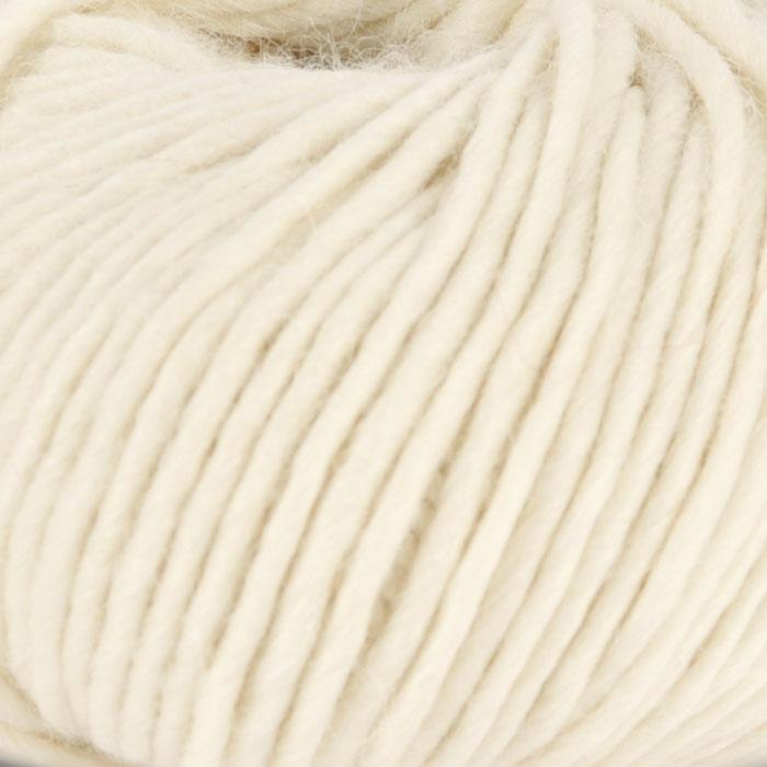 Bildet viser strikkegarnet Olava fra Camilla Pihl her i fargen 903 natur.