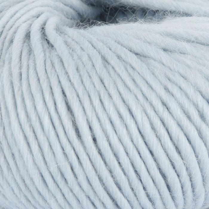 Bildet viser strikkegarnet Olava fra Camilla Pihl her i fargen 904 himmelblå .