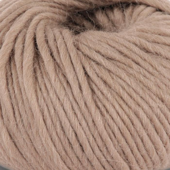 Bildet viser strikkegarnet Olava fra Camilla Pihl her i fargen 905 kamel.