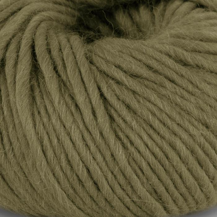 Bildet viser strikkegarnet Olava fra Camilla Pihl her i fargen 906 oliven.
