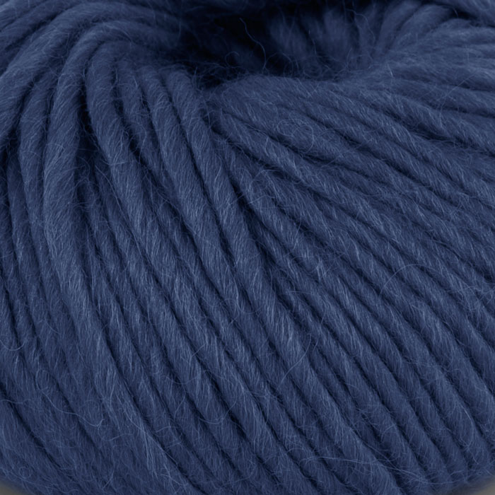 Bildet viser strikkegarnet Olava fra Camilla Pihl her i fargen 908 marine.