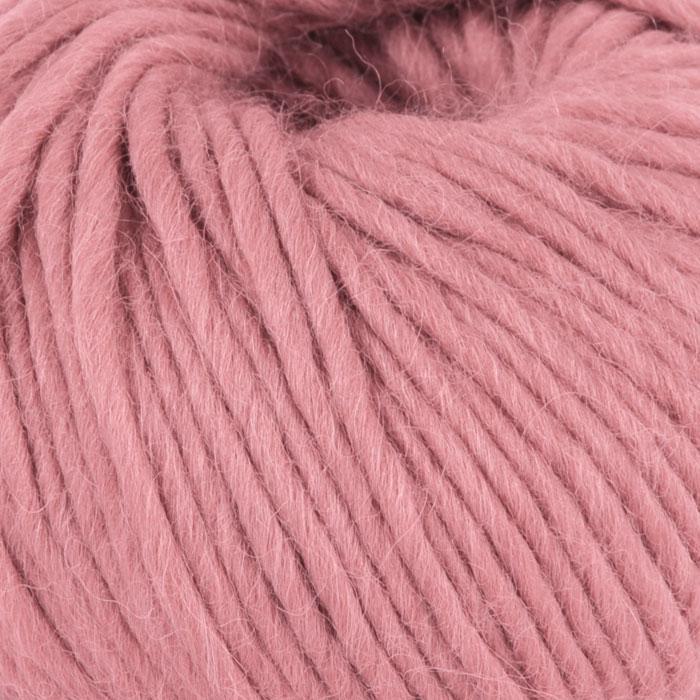 Bildet viser strikkegarnet Olava fra Camilla Pihl her i fargen 910 myk korall .