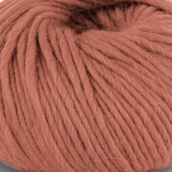 Bildet viser strikkegarnet Olava fra Camilla Pihl her i fargen 911 aprikos.