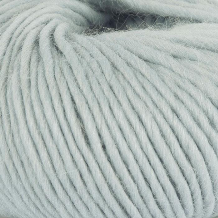 Bildet viser strikkegarnet Olava fra Camilla Pihl her i fargen 912 perlemint.