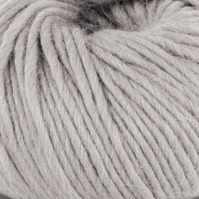 Bildet viser strikkegarnet Olava fra Camilla Pihl her i fargen 919 perlegrå.