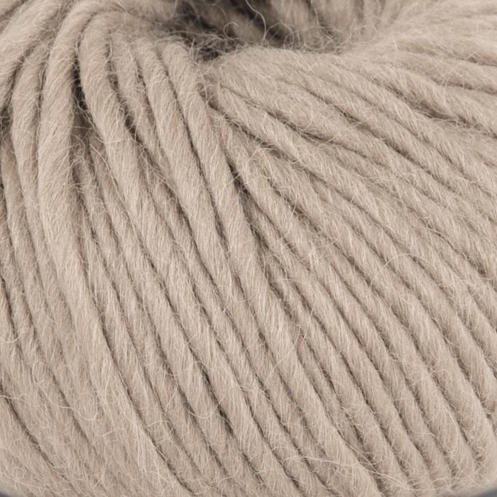Bildet viser strikkegarnet Olava fra Camilla Pihl her i fargen 920 greige.