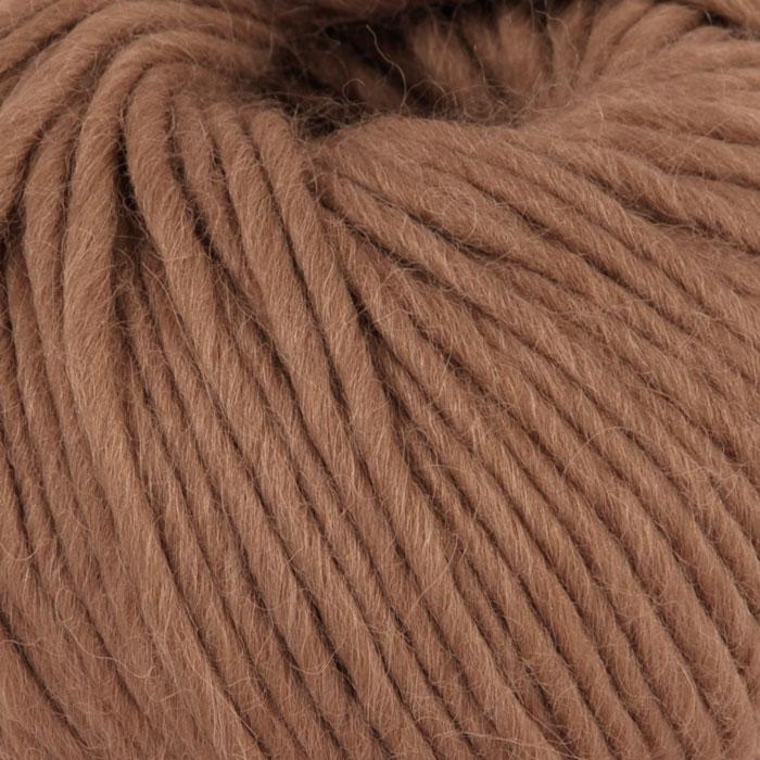 Bildet viser strikkegarnet Olava fra Camilla Pihl her i fargen 921 moskus.