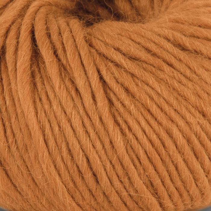 Bildet viser strikkegarnet Olava fra Camilla Pihl her i fargen 922 ravgul.