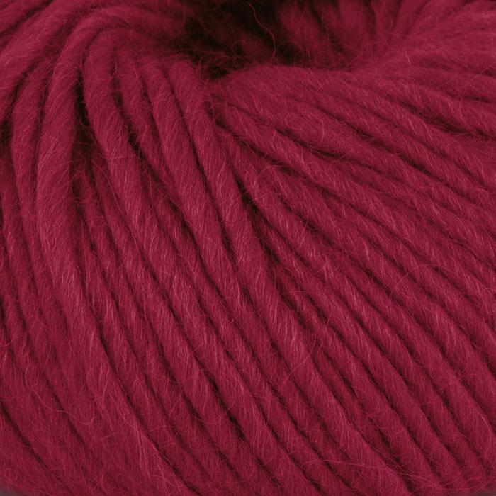 Bildet viser strikkegarnet Olava fra Camilla Pihl her i fargen 923 rubinrød.