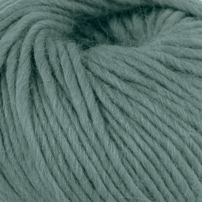 Bildet viser strikkegarnet Olava fra Camilla Pihl her i fargen 924 agatgrønn.
