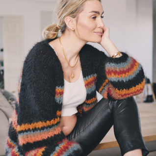 Bildet viser Camilla Pihl i en sort jakke som som hun har strikket i et garn som heter Fnugg. Her kan du laste ned en gratis oppskrift på jakken.