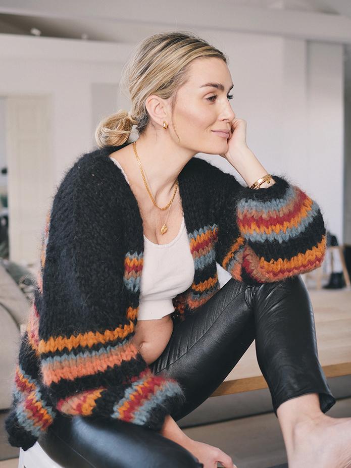 Bildet viser Camilla Pihl i en sort jakke som hun har strikket i og garn som heter Fnugg.  Hennes kan du laste ned og gratis oppskrift på jakken.