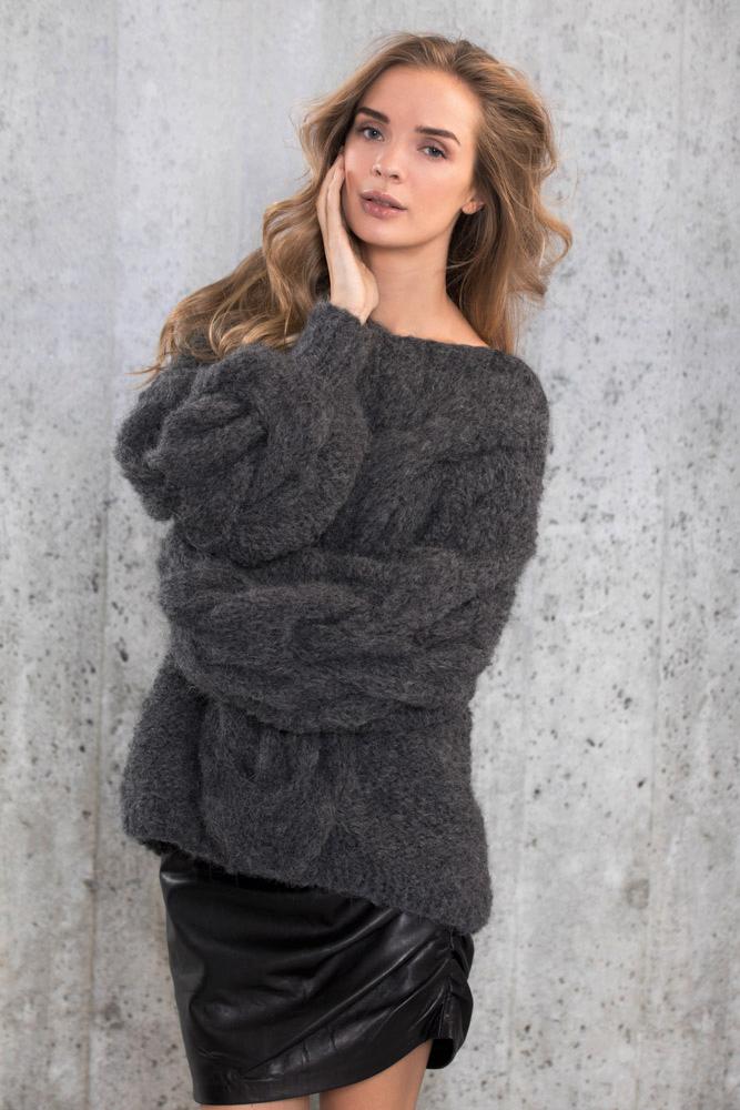 Bildet viser strikkepakken Camilla Pihl CP08-08 Camelia genser som er designet og strikket i Fnugg garn.