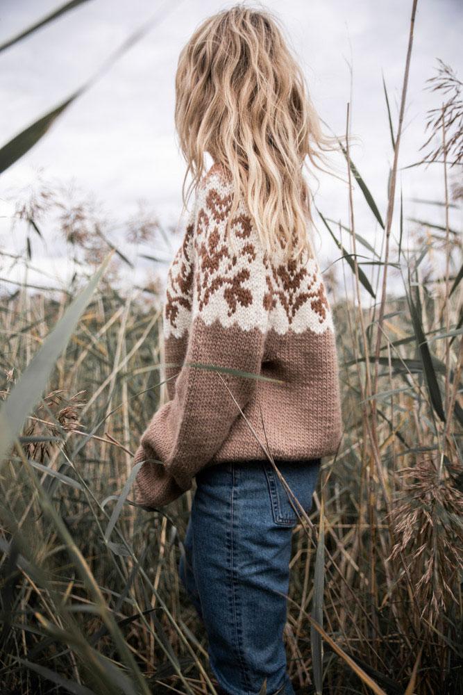 Strikkepakken inneholder mønster og garn fra Camilla Pihl til cp07-02 Honeysuckle genser