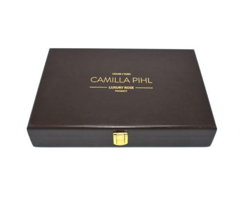 camilla pihl luxury rose-pinnesett. Settet ses rett forfra med lokket lukket. Logoen på lokket er i preget med gullskrift.