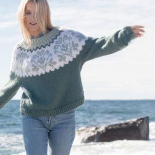 Strikkepakken inneholder mønster og garn fra Camilla Pihl til cp06-06 Honeysuckle genser