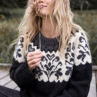 Strikkepakken inneholder mønster og garn fra Camilla Pihl til cp08-01 Honeysuckle genser