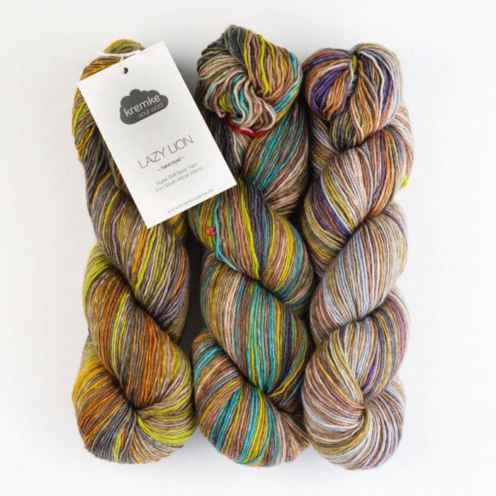 Bildet viser tre hesper i det flerfargede Lazy Rock Yarn fra Krenke soul wool.