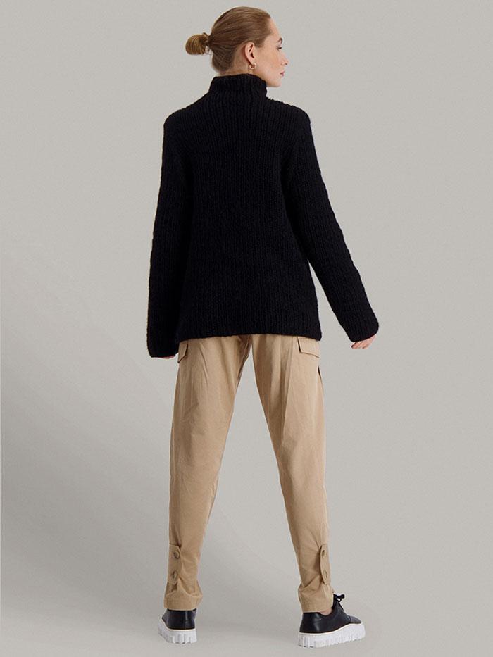 Strikkepakken Lofast genser fra Skappel Classic. Bilder viser modellen i helfigur fotografert delvis vridd bakfra. Hendene henger ned langs siden. Fargen på genseren er svart.
