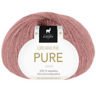 Bildet viser et nøste av strikkegarnet Dreamline Pure fra Du store alpakka. Garnet har en banderole som er vendt mot kamera og forteller om hva garnet inneholder. Her i fargen 409 dus rose.