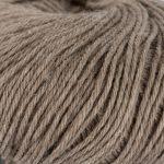 Strikkegarn Sterk fra Du store alpakka. Her i fargen 823-lys-brun-mellert.