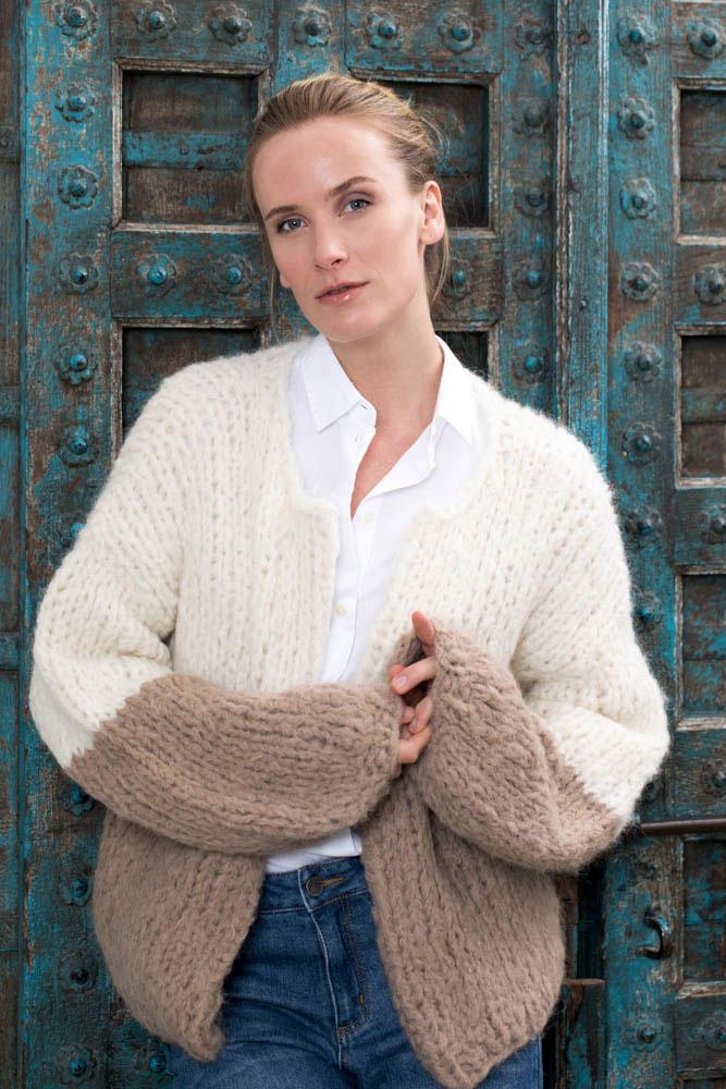 Strikkepakken inneholder mønster og garn fra Camilla Pihl til Crocus jakke cp17-19 front