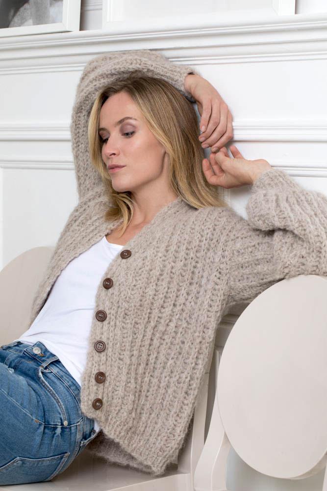 Strikkepakken inneholder mønster og garn fra Camilla Pihl til 19-08-Sunstone jakke 1