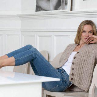 Strikkepakken inneholder mønster og garn fra Camilla Pihl til 17-14-Sunstone jakke