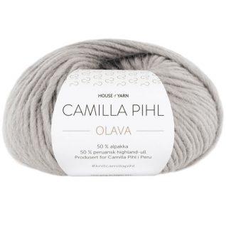 Olava garn fra Camilla Pih, 50 % alpakka og 50 % peruansk highland-ull. Her i fargen 919 perlegrå