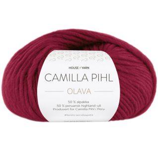 Olava garn fra Camilla Pih, 50 % alpakka og 50 % peruansk highland-ull. Her i fargen 923 rubinrød