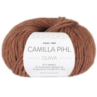 Olava garn fra Camilla Pih, 50 % alpakka og 50 % peruansk highland-ull. Her i fargen 926 toffeemelert
