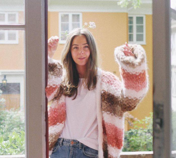 Strikkepakken inneholder mønster og garn fra Camilla Pihl til Adrianne jakke 19-12