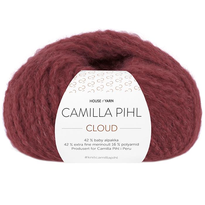 Bildet viser alpakkagarnet Cloud fra Camilla Pihl. Bildet har en hvit banderole rundt som er midtstilt. Nøstet er fotografert rett forfra. Her i fargen 210 vinrød.