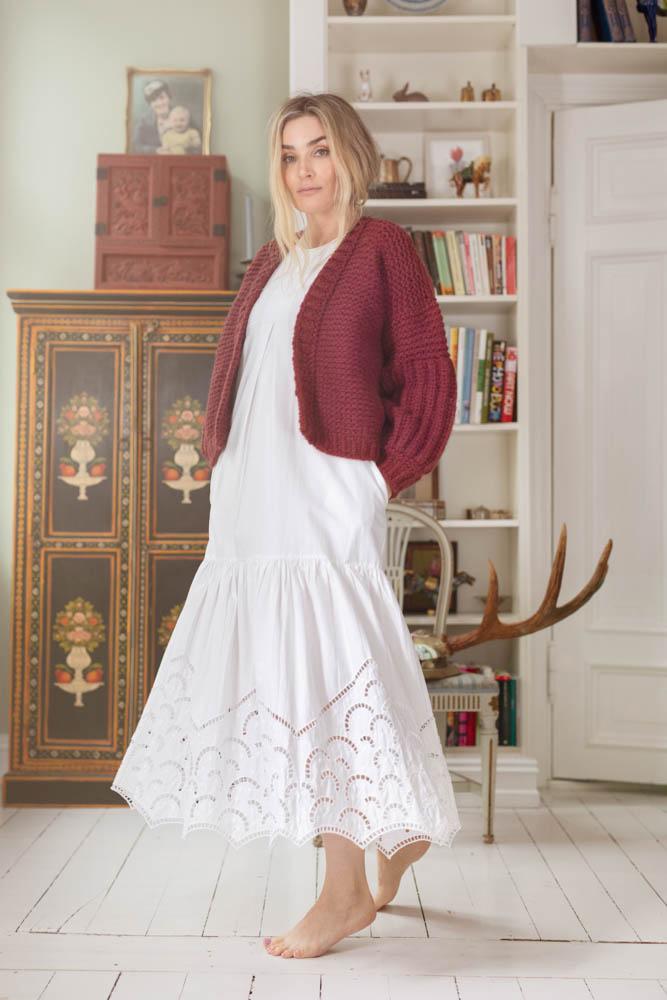 Strikkepakken inneholder mønster og garn fra Camilla Pihl til Cp20-05 Bergenia jakke i Cloud garn front